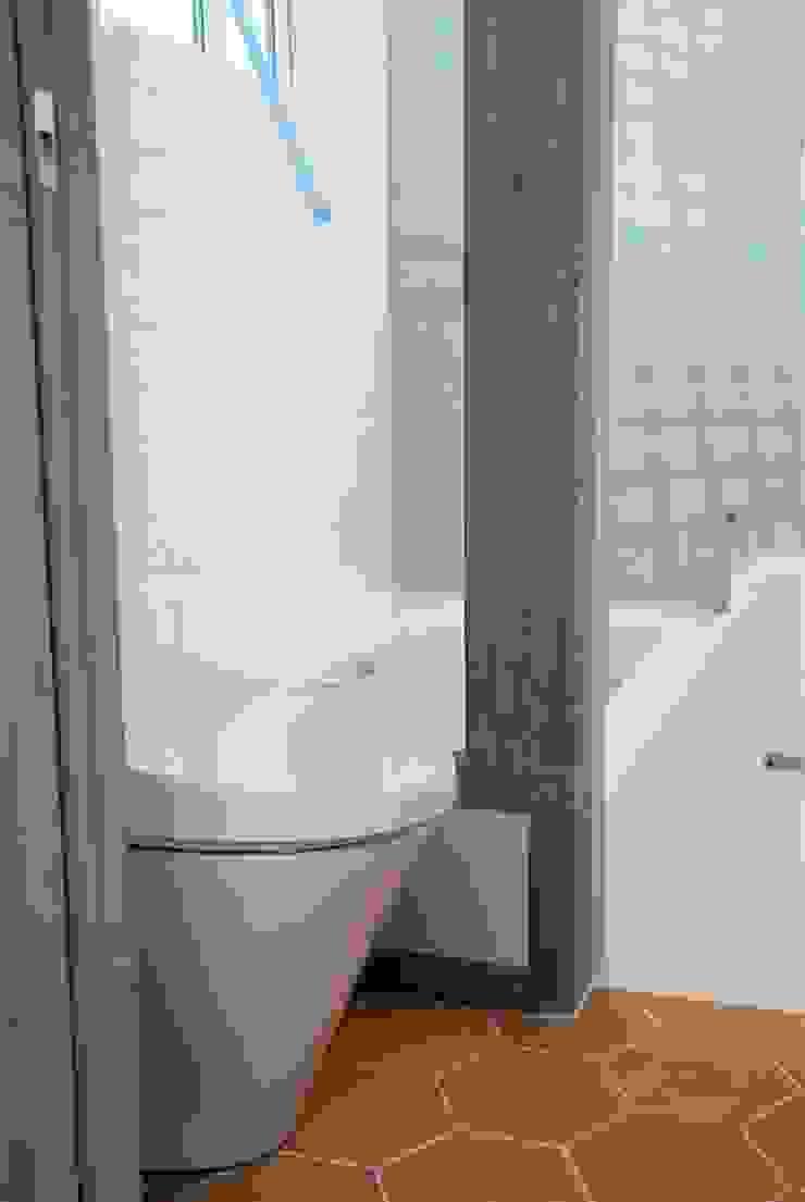 築30年のコテージをリノベーションした家 ラスティックスタイルの お風呂・バスルーム の HAPTIC HOUSE ラスティック