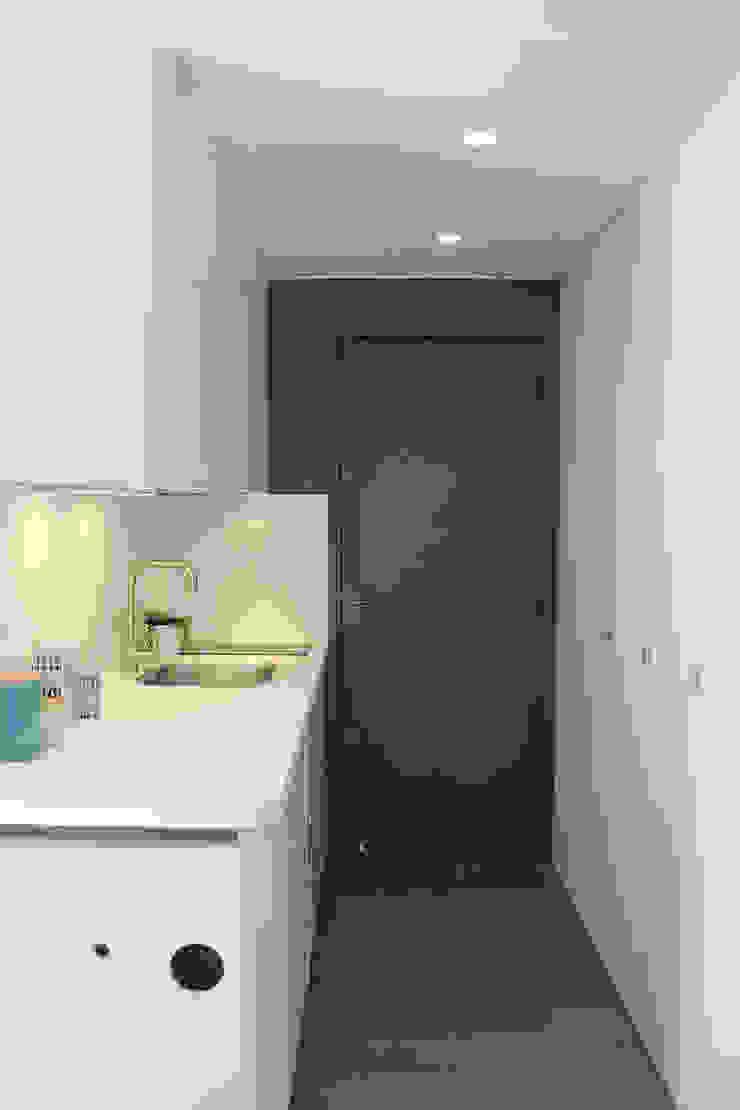 L'entrée/coin cuisine après par CORTOT Architecture Interieure
