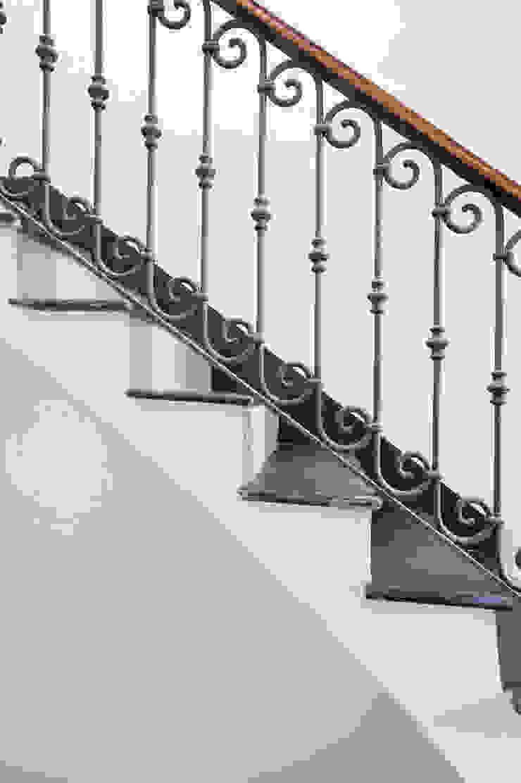 Ristrutturazione Palazzetto ottocentesco – Sorso 2011. Ingresso, Corridoio & Scale in stile classico di Officina29_ARCHITETTI Classico
