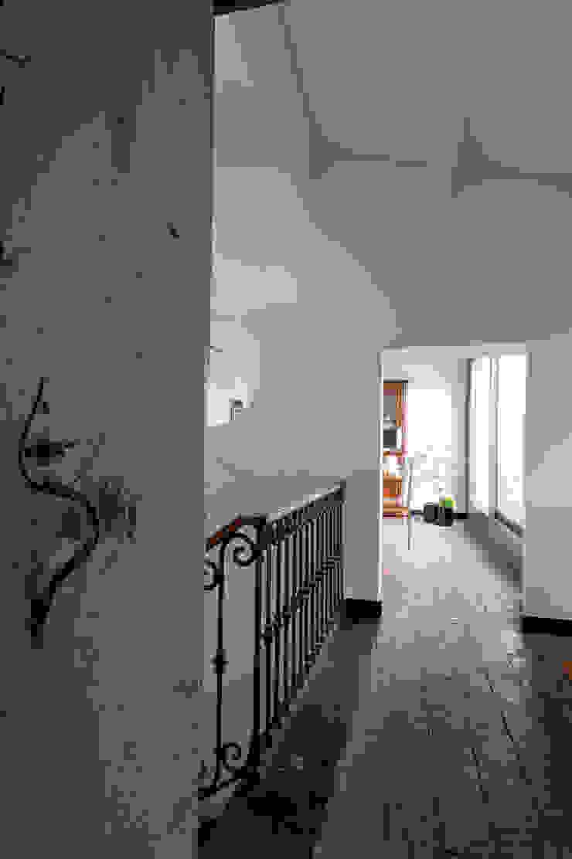 Ristrutturazione Palazzetto ottocentesco – Sorso 2011. Ingresso, Corridoio & Scale in stile moderno di Officina29_ARCHITETTI Moderno