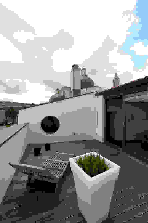 Ristrutturazione Palazzetto ottocentesco – Sorso 2011. Balcone, Veranda & Terrazza in stile moderno di Officina29_ARCHITETTI Moderno
