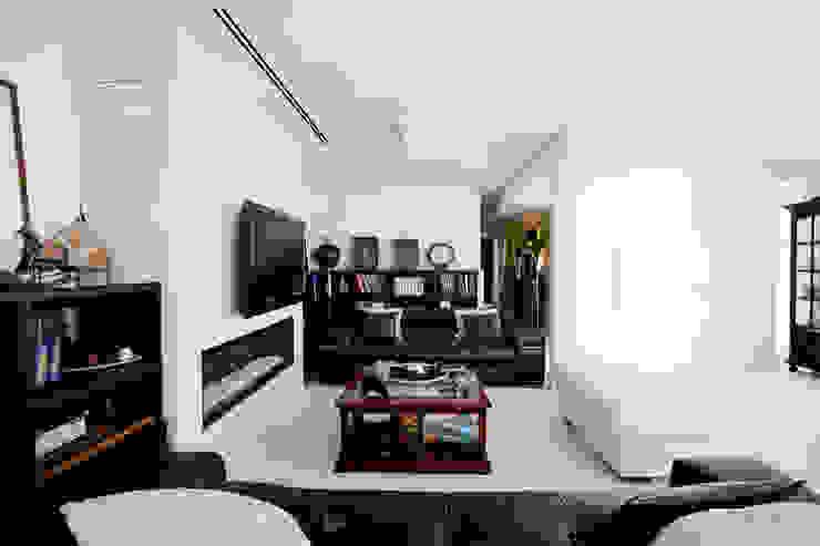 Sofá como elemento delimitador Salas multimedia de estilo moderno de IPUNTO INTERIORISMO Moderno