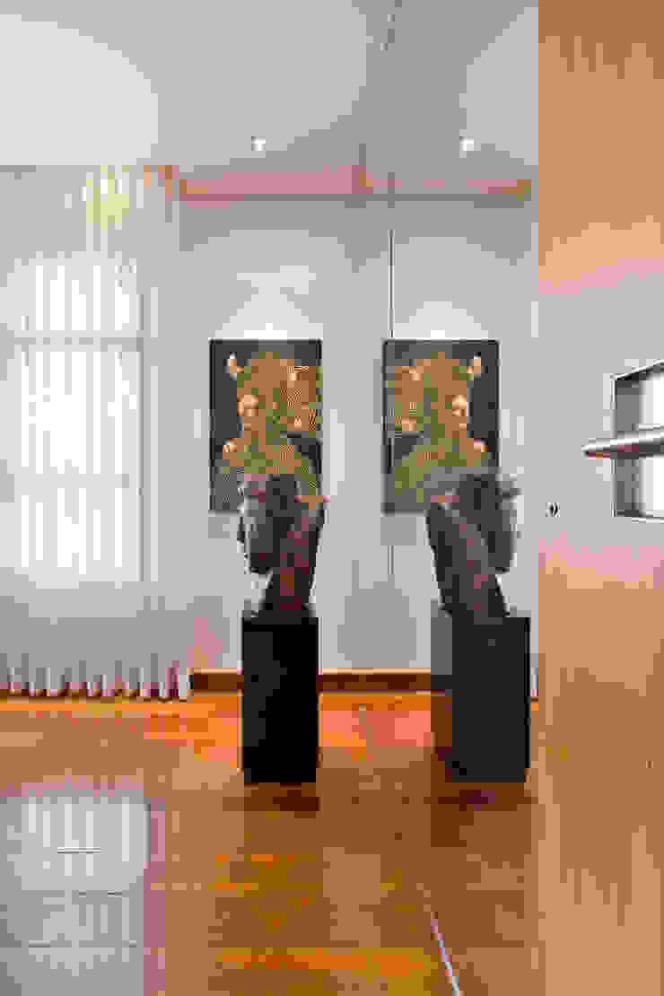 現代風玄關、走廊與階梯 根據 Jaqueline Frauches Arquitetura e Interiores 現代風