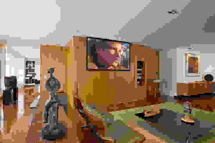 现代客厅設計點子、靈感 & 圖片 根據 Jaqueline Frauches Arquitetura e Interiores 現代風