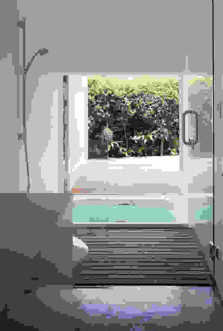 緑山の家 モダンスタイルの お風呂 の 栗原隆建築設計事務所 モダン