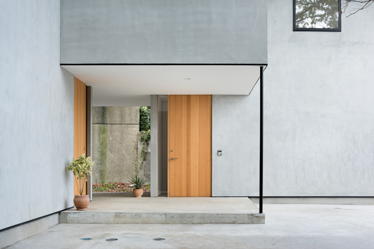 Modern windows & doors by 栗原隆建築設計事務所 Modern