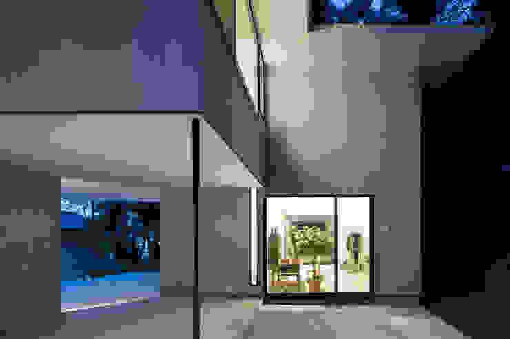 Dinding & Lantai Modern Oleh 栗原隆建築設計事務所 Modern