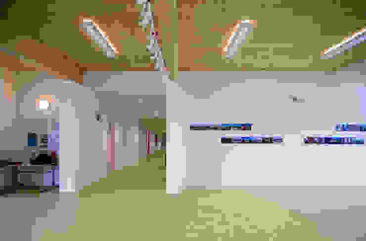 Atrio di ingresso e corridoio al piano terra Scuole moderne di Studio FFwd-Architettura Moderno