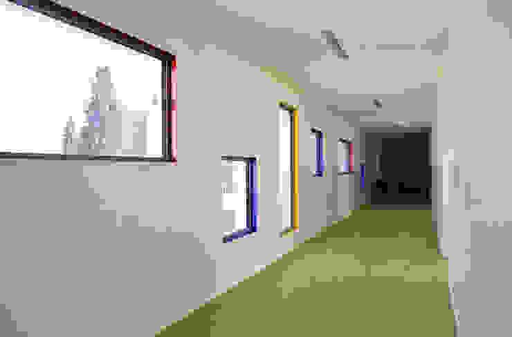 Corridoio colorato al piano primo Scuole moderne di Studio FFwd-Architettura Moderno