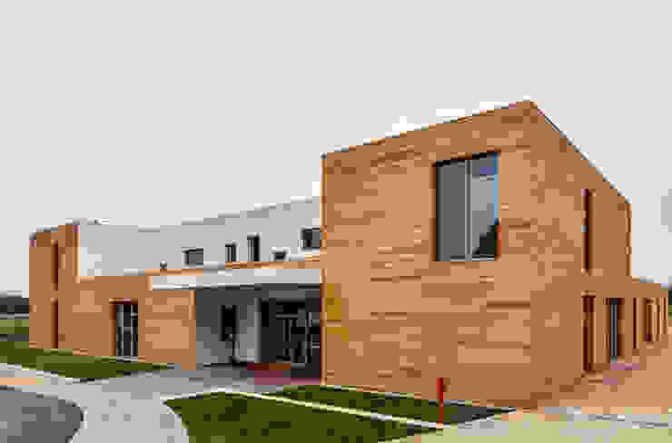 Prospetto Nord: accesso dell'edificio Scuole moderne di Studio FFwd-Architettura Moderno