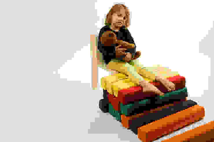 Play chair: minimalist  by studio deFORM, Minimalist