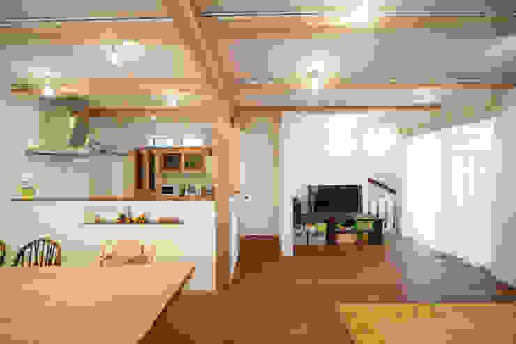 ニコ モダンデザインの リビング の 一級建築士事務所 楽工舎 モダン