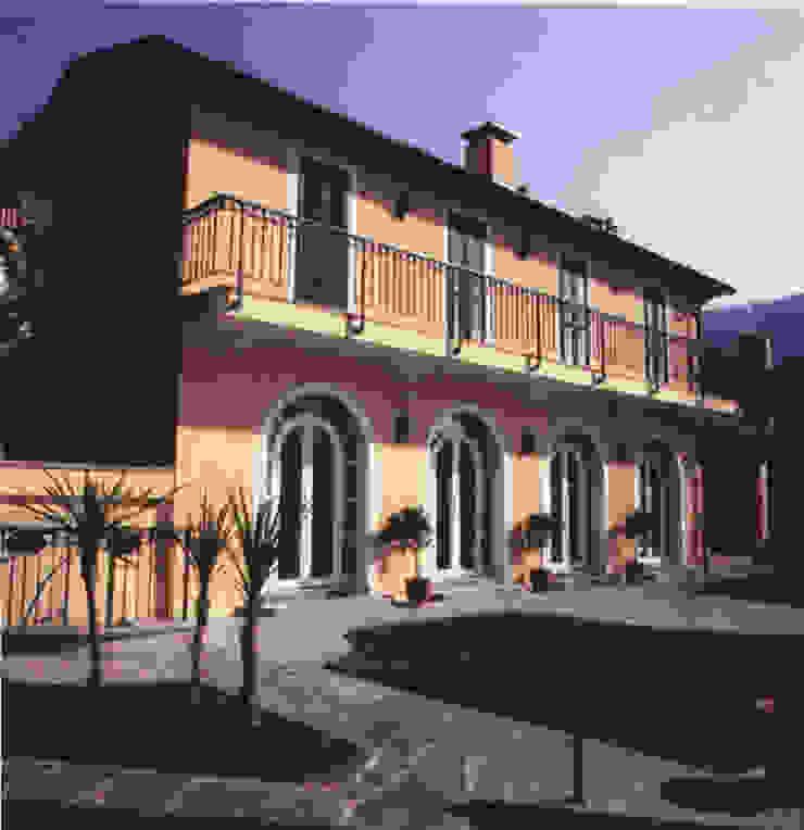 Facciata principale, fronte lago Case classiche di Studio Mingaia Classico