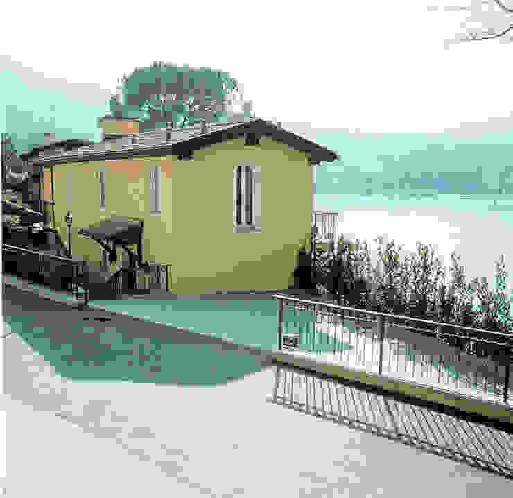 La casa vista dalla strada. Case classiche di Studio Mingaia Classico