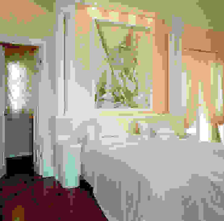 Dettaglio camera da letto padronale Camera da letto in stile classico di Studio Mingaia Classico