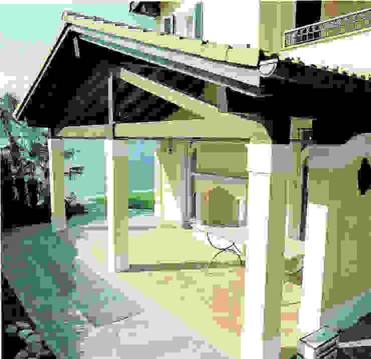 Portico laterale Balcone, Veranda & Terrazza in stile classico di Studio Mingaia Classico