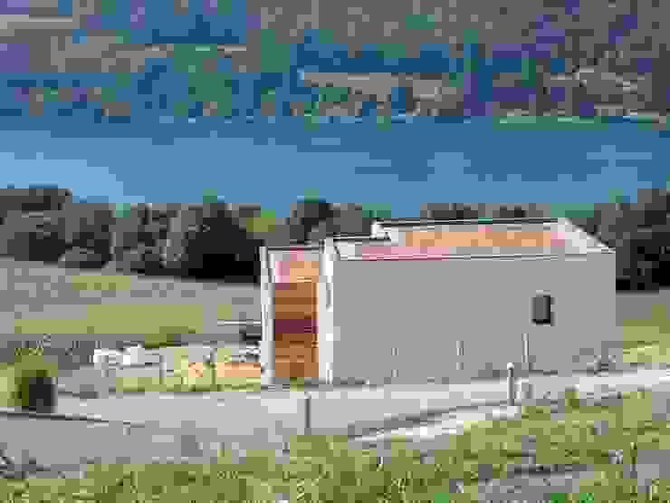 Depuis la vie d'accès, avec toiture végétalisée Maisons minimalistes par Bak'erige Minimaliste