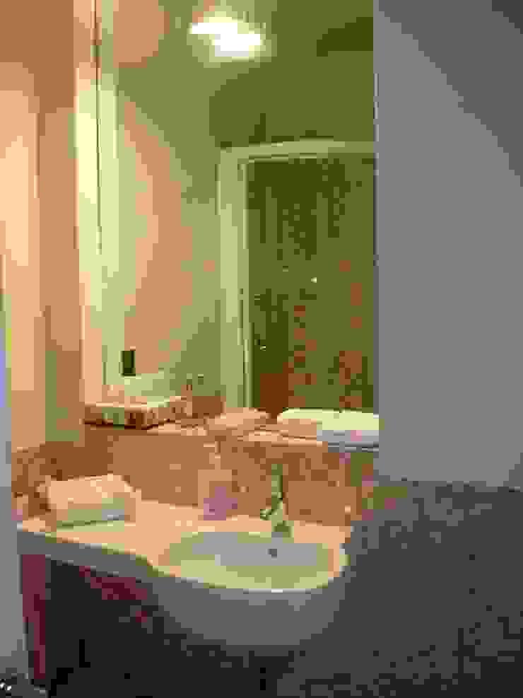 Modern Bathroom by SENSIBILE DE ROSALES Modern