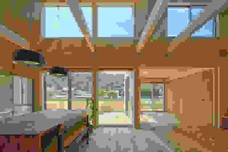 田んぼの中の小箱 モダンな 家 の 内田建築デザイン事務所 モダン
