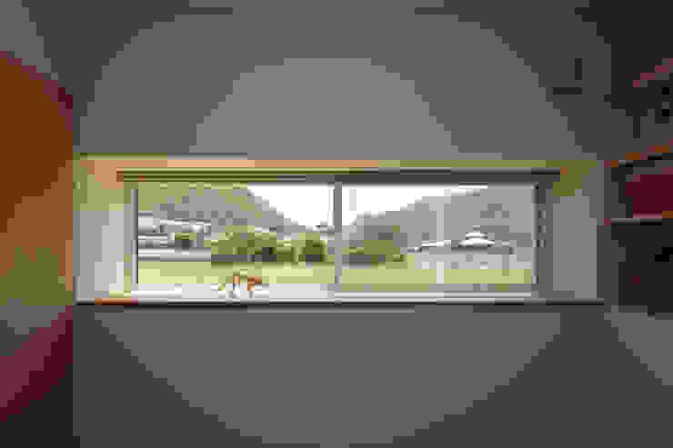 田んぼの中の小箱 モダンスタイルの寝室 の 内田建築デザイン事務所 モダン