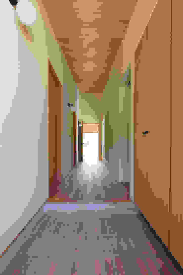田んぼの中の小箱 モダンスタイルの 玄関&廊下&階段 の 内田建築デザイン事務所 モダン