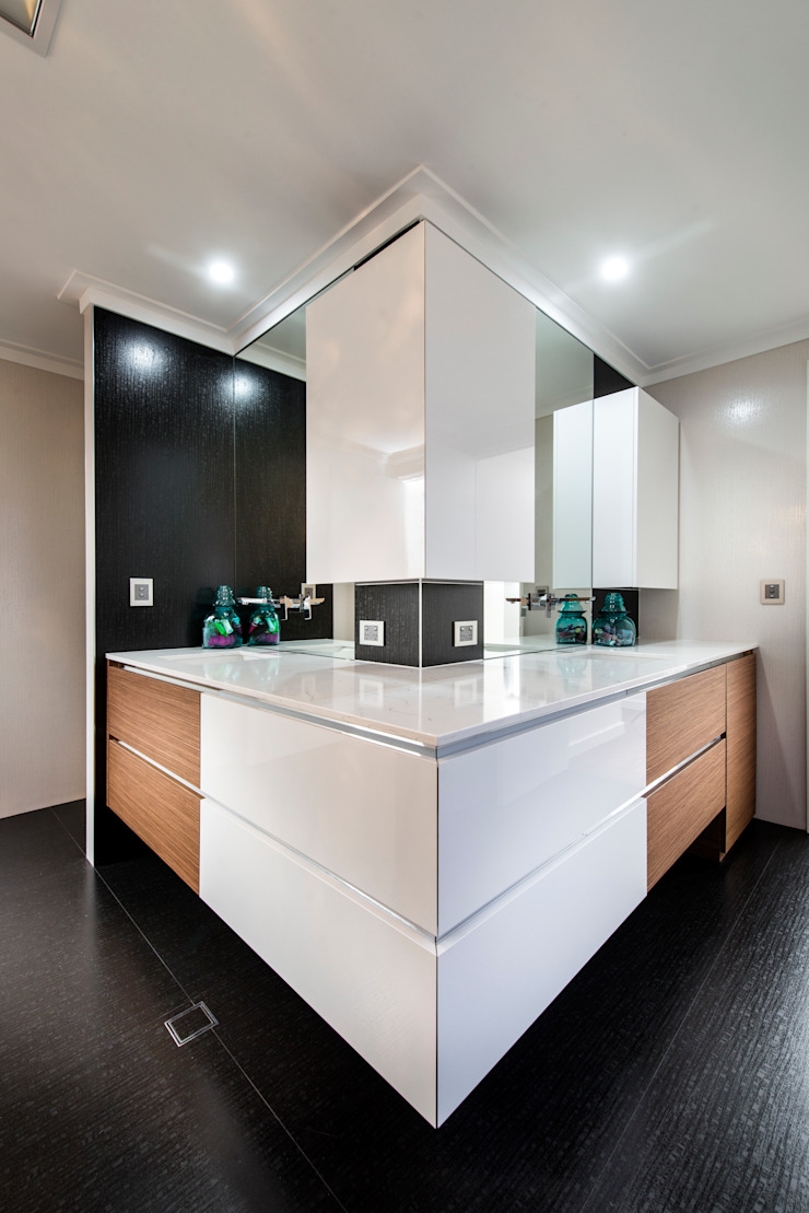 Menora Residence Modern bathroom by Moda Interiors Modern
