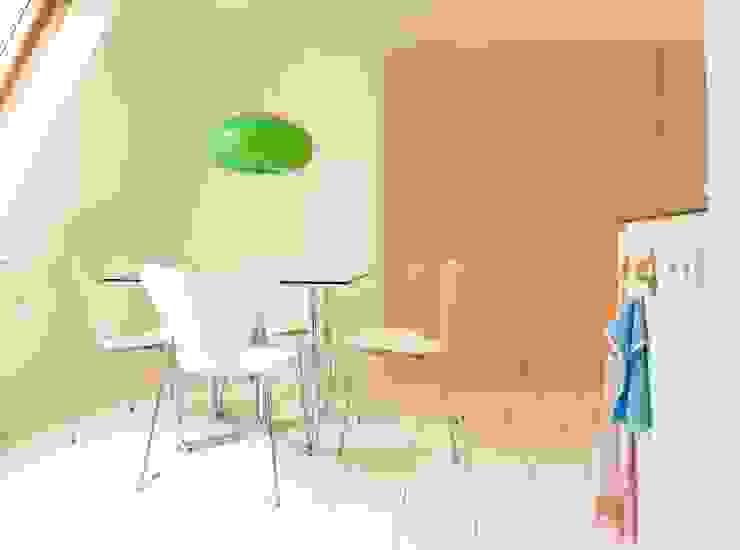 Dachausbau mit Essecke Moderne Wohnzimmer von InteriorPark. Modern