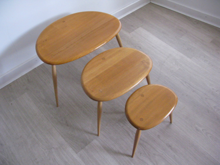 A solid elm nest of pebble tables. Lucian Ercolani for Ercol: modern  by Funky Junky, Modern