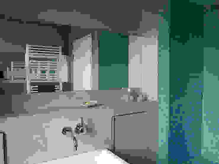 Bad mit Dusche im denkmalgeschützten Altbau Moderne Badezimmer von InteriorPark. Modern