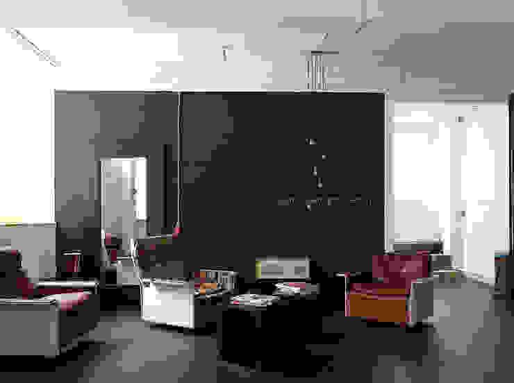 Loungebereich Industriale Bürogebäude von InteriorPark. Industrial
