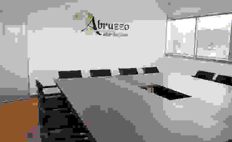 Sala riunioni Complesso d'uffici moderni di OGARREDO Moderno