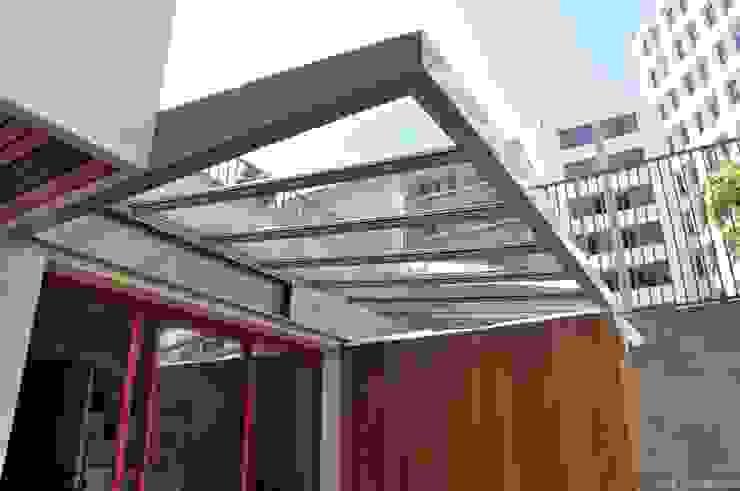 Verrière et meubles extérieurs Balcon, Veranda & Terrasse minimalistes par LA TRAVERSE architecture Minimaliste