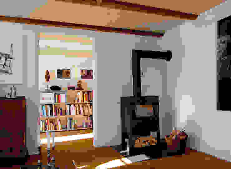 Sanierung und Umbau denkmalgeschütztes Bauernhaus Wohnzimmer im Landhausstil von heidenreich architektur Landhaus