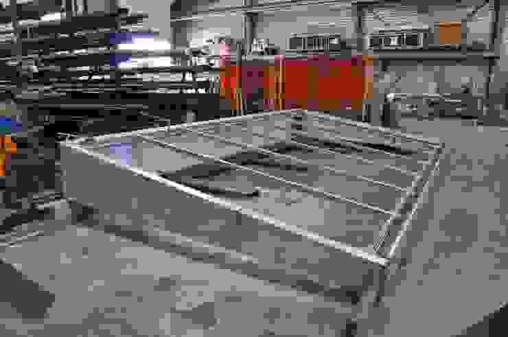 Verrière acier sur mesure en fabrication chez le métallier par LA TRAVERSE architecture Minimaliste