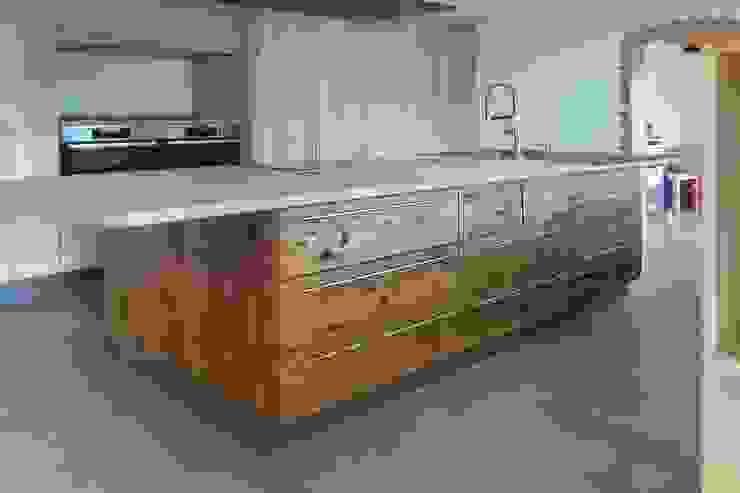 Kücheninsel in Altholz Kastanie Mediterrane Küchen von Pfister Möbelwerkstatt GdbR Mediterran