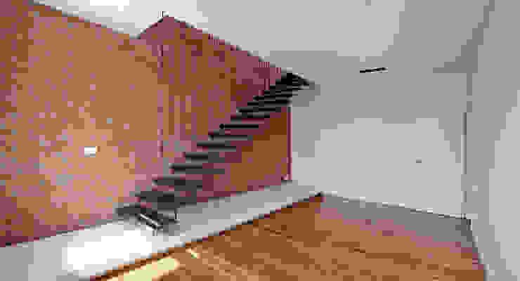 spreeformat architekten GmbH Ingresso, Corridoio & Scale in stile minimalista