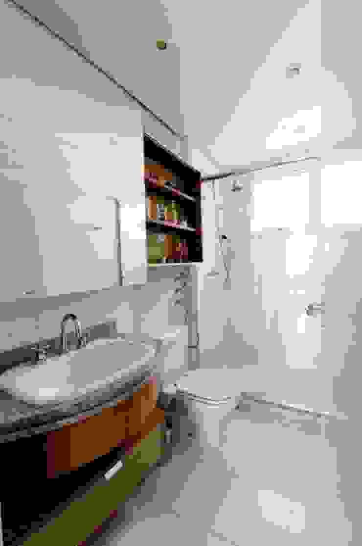Projeto arquitetônico de interiores para residência unifamiliar. (Fotos Lio Simas) Banheiros ecléticos por ArchDesign STUDIO Eclético