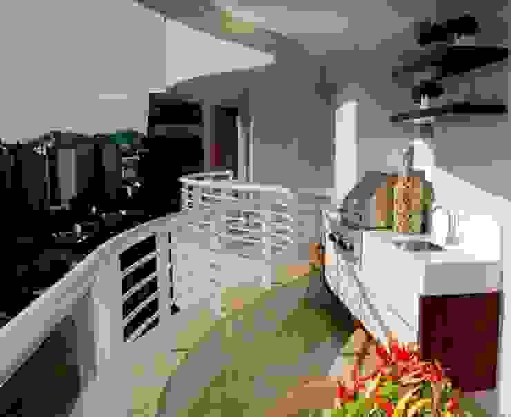 Projeto arquitetônico de interiores para residência unifamiliar. (Fotos Lio Simas) Varandas, alpendres e terraços ecléticos por ArchDesign STUDIO Eclético
