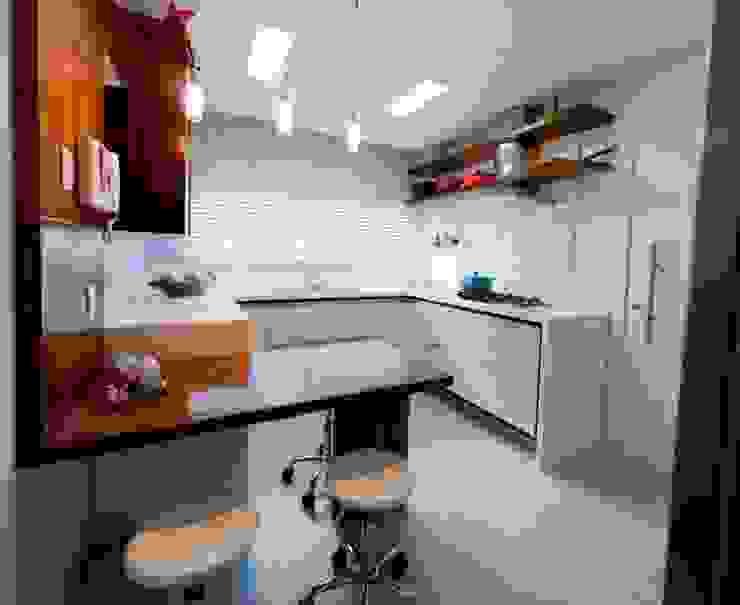 Projeto arquitetônico de interiores para residência unifamiliar. (Fotos Lio Simas) Cozinhas ecléticas por ArchDesign STUDIO Eclético