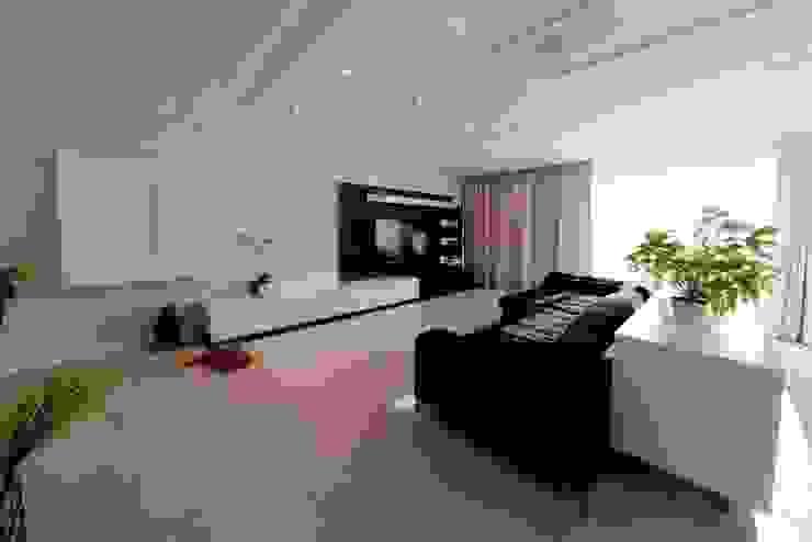Projeto arquitetônico de interiores para residência unifamiliar. (Fotos Lio Simas) Salas de estar ecléticas por ArchDesign STUDIO Eclético