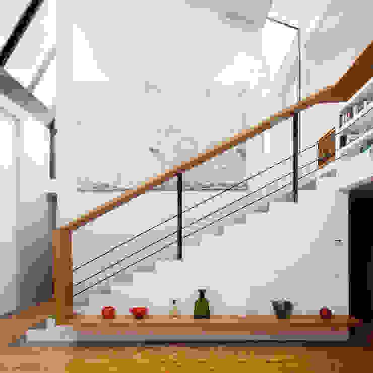 Modern Corridor, Hallway and Staircase by Studio fase Modern
