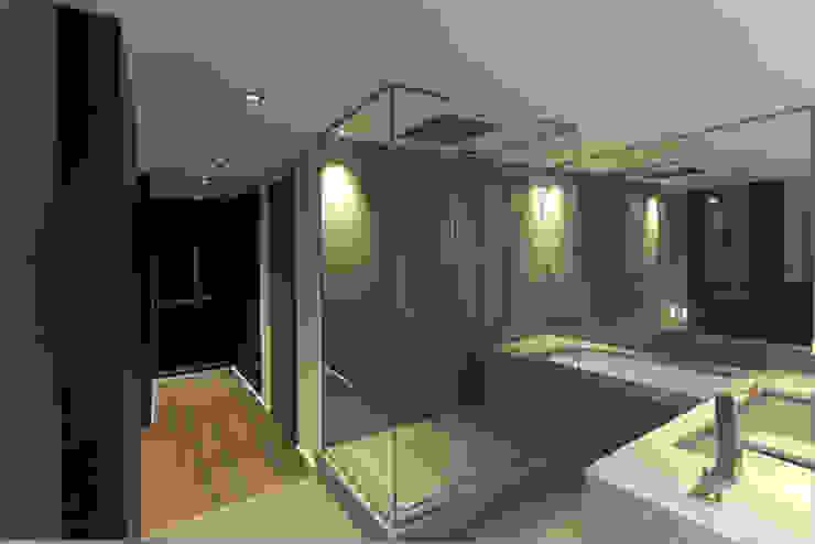 vue sur salle de bain 01 et Dressing Salle de bain moderne par BARONBARON Moderne