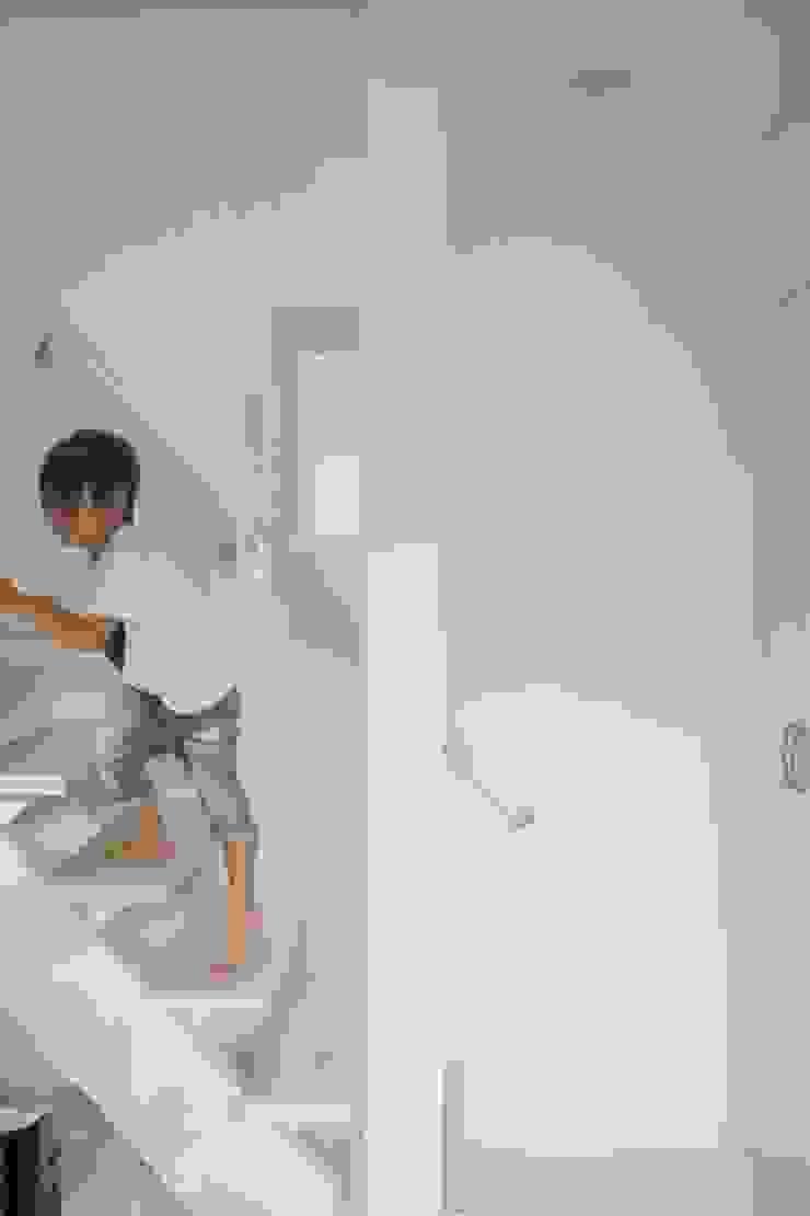 三方道路に囲まれた家 モダンスタイルの 玄関&廊下&階段 の 株式会社 創匠 モダン