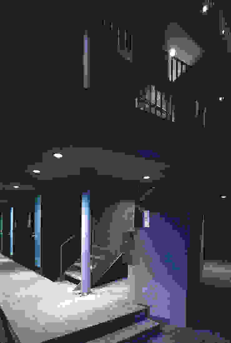 エントランス モダンな庭 の 濱嵜良実+株式会社 浜﨑工務店一級建築士事務所 モダン