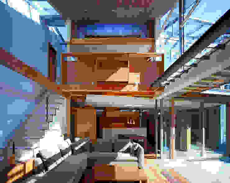 光を抱く家: 西島正樹/プライム一級建築士事務所 が手掛けたリビングです。,オリジナル