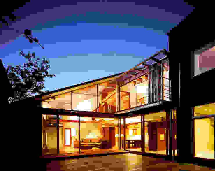 光を抱く家: 西島正樹/プライム一級建築士事務所 が手掛けたテラス・ベランダです。,オリジナル