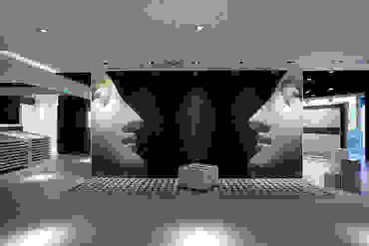 Showroom Bergmann Wien - ambientazione in mosaico Negozi & Locali commerciali in stile minimalista di Foschi & Nolletti Architetti Minimalista