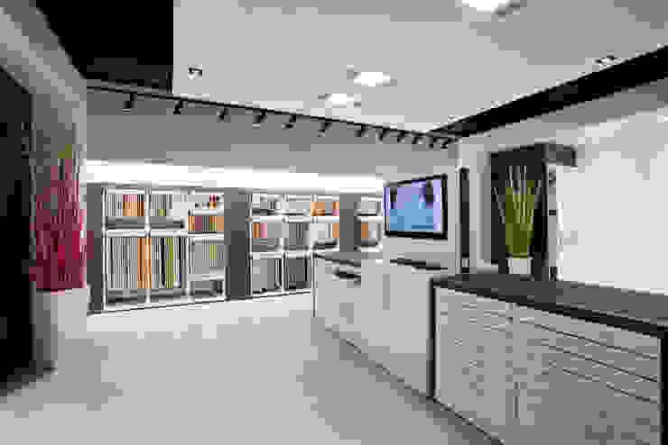 Showroom Bergmann Wien - zona lavoro Negozi & Locali commerciali in stile minimalista di Foschi & Nolletti Architetti Minimalista