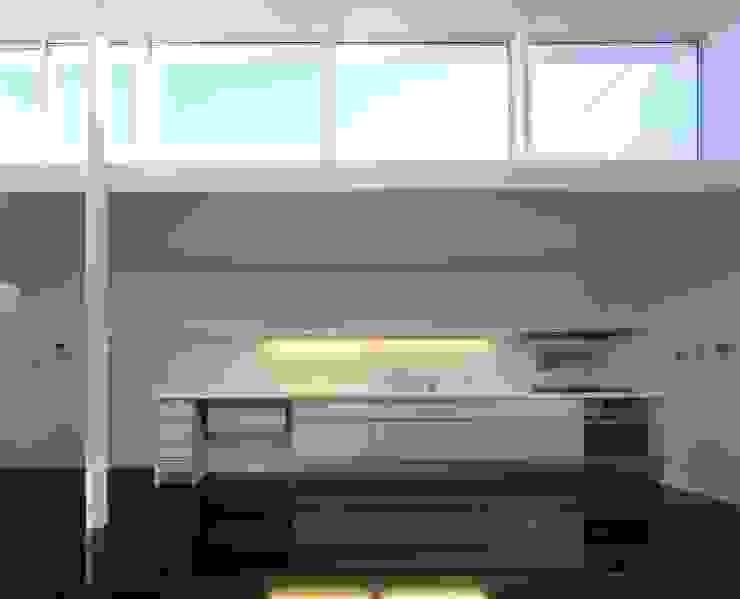 キッチン: 濱嵜良実+株式会社 浜﨑工務店一級建築士事務所が手掛けたキッチンです。,モダン