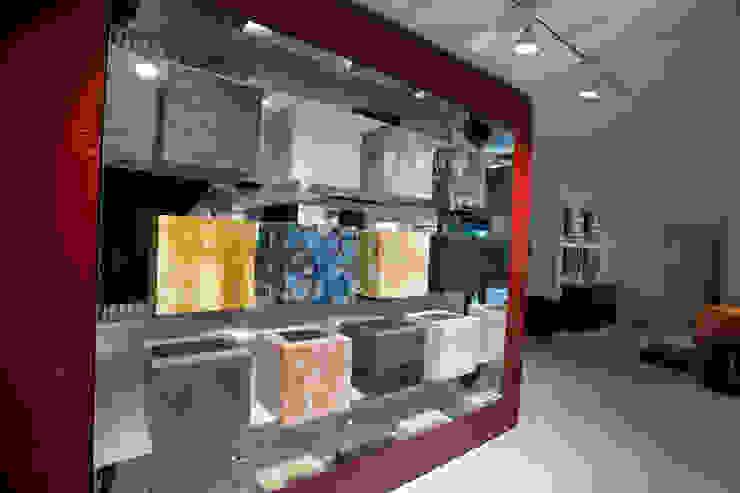 Showroom Bergmann Wien - Esposizione cubi rivestiti Negozi & Locali commerciali in stile minimalista di Foschi & Nolletti Architetti Minimalista